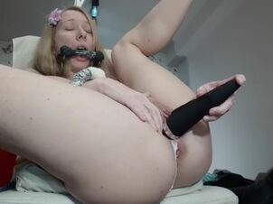 Mom eats daughters pussy